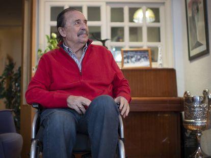 Juan De Dios Román, en su casa de Madrid a principios de este mes junto al Premio Nacional del Deporte que recibió.