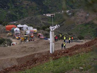 La llamada de una senderista el pasado domingo desencadenó una operación sin precedentes para sacar con vida de un pozo a Julen. EL PAÍS reconstruye los trabajos