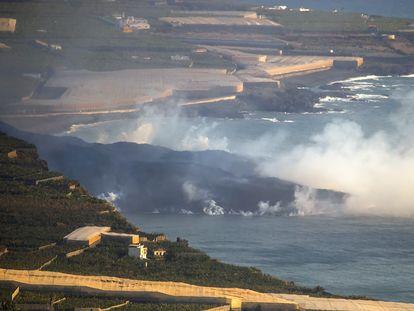 Delta formado por la lava saliendo al mar en la costa de Tazacorte, en La Palma.