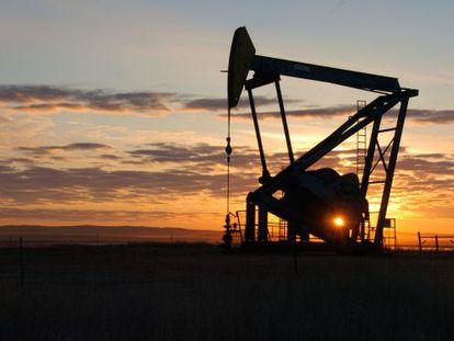 Una bomba extrae petróleo en un yacimeinto en Montana.