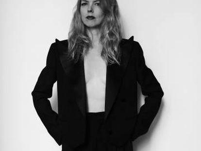 Christina Rosenvinge posa para ICON con un esmoquin Gucci. A sus 54 años, la artista se ha decidido a contar sus recuerdos en 'Debut: cuadernos y canciones'.