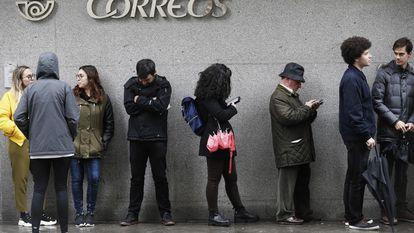 Una fila en el exterior de la oficina de Correos de la calle Guzmán el Bueno, en Madrid.