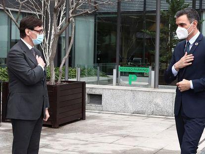 El presidente del Gobierno, Pedro Sánchez (a la derecha), durante su visita a la Agencia Española de Medicamentos y Productos Sanitarios junto al ministro de Sanidad, Salvador Illa, este lunes.