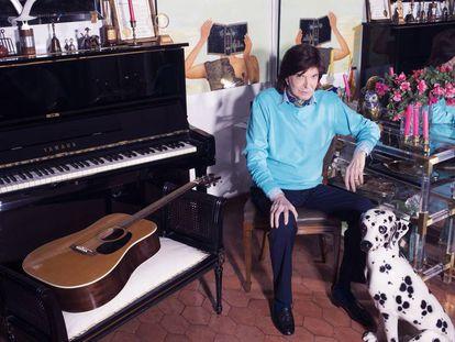 Camilo Sesto, en el salón de su casa, en una urbanización a la afueras de Madrid.