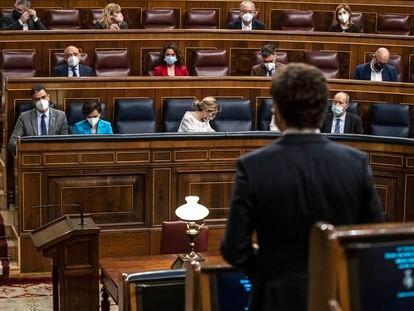 Pedro Sánchez escucha la intervención de Pablo Casado (en primer plano, de espaldas), durante el pleno del Congreso de los Diputados de este miércoles.