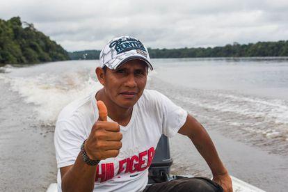 Robin Elkin Díaz navega por el río Apaporis, en el resguardo parque Yaigojé Apaporis, en el departamento de Amazonas, Colombia.