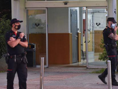 Dos agentes de la Ertzaintza durante el dispositivo de seguridad organizado tras el tiroteo en la UPV, en Bizkaia.