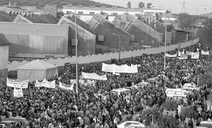 Movilización en el exterior de la fábrica, en febrero de 1994.