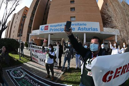 Concentración convocada este viernes por el sindicato de sanidad Mats para exigir la dimisión la gerente del Hospital Universitario Príncipe de Asturias, Dolores Rubio.
