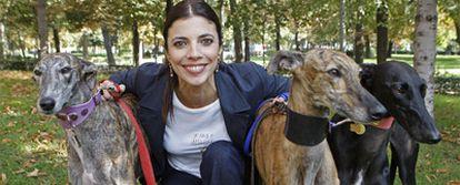 Maribel Verdú en el parque del Retiro, de Madrid, con varios de los galgos de la campaña de protección en la que participa.