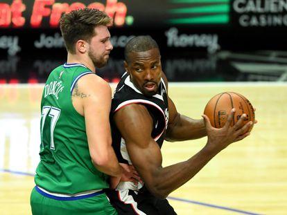 Serge Ibaka intenta superar a Luka Doncic.