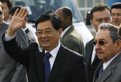 El presidente de China, Hu Jintao, con su homólogo cubano, Raúl Castro, durante una visita oficial a La Habana en noviembre de 2008.
