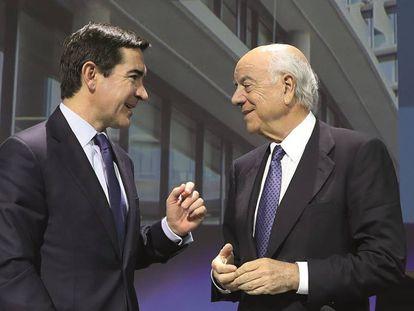 El expresidente del BBVA, Francisco González (derecha), con su sucesor, Carlos Torres Vila. En vídeo, declaraciones del Ministro del Interior, Grande Marlaska.