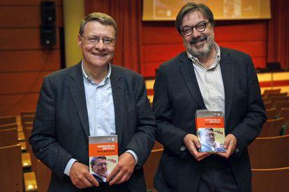 El exministro Jordi Sevilla, y Miguel Ángel Villena, durente la presentación del libro del periodista.