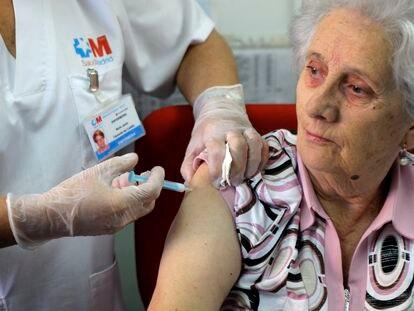 Una mujer recibe la vacuna en la campaña del año pasado en el centro de salud Cirajas de Madrid.