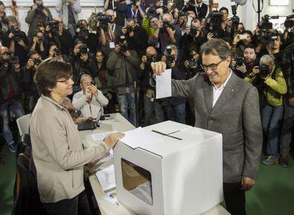 El presidente Artur Mas vota en la consulta del 9-N.