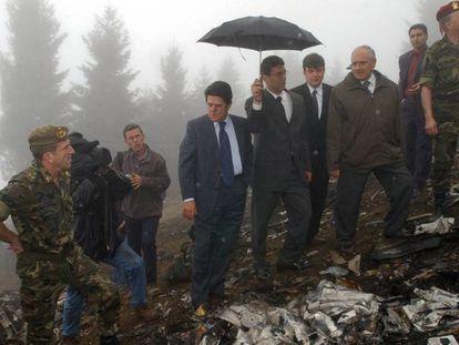 El ministro de Defensa, Federico Trillo (centro), junto a su homólogo turco, Vecdi Gonul (segundo por la derecha) durante la visita al lugar del accidente del avión Yak-42. En vídeo, declaraciones este jueves antes los medios de comunicación.