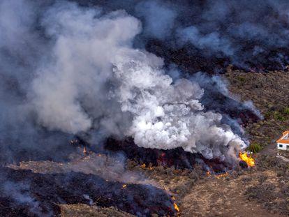 Una casa en mitad de la lava del volcán de La Palma, en la zona de El Paraíso.