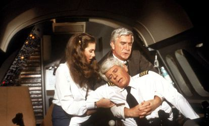 El piloto del vuelo 209 de Trans American se desmorona. Empiezan los problemas en 'Aterriza como puedas' (1980).