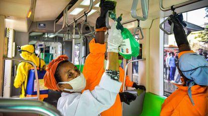El personal de limpieza desinfecta un vagón de metro como medida preventiva contra la propagación del coronavirus en Addis Abeba (Etiopía).