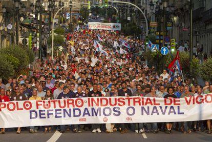 Cientos de personas se manifiestan en Vigo contra la decisión de Bruselas de pedir la devolución de incentivos fiscales en el sector naval.
