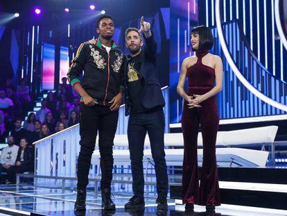 Famous, el presentador Roberto Leal y Natalia, en la última gala de 'Operación Triunfo 2018'.