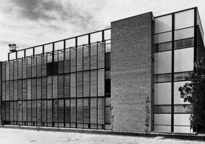 Laboratorios de Seat, en Barcelona (1958-1959), de los arquitectos Rafael Echaide y César Ortiz-Echagüe.