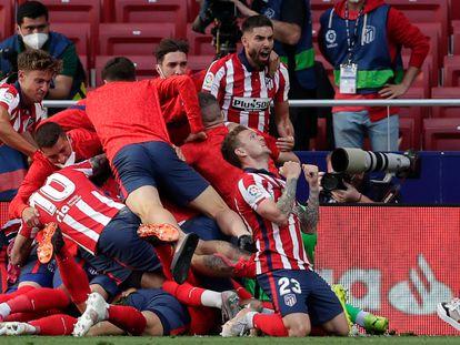 Los jugadores del Atlético de Madrid celebran el decisivo gol de Luis Suárez en el minuto 88.