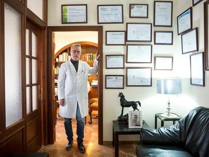 El exalcalde de Estepona, Antonio Barrientos, en su consulta médica el pasado jueves.