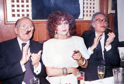 La actriz Sara Montiel acompañada del dirigente comunista Santiago Carrillo y el escritor Francisco Umbral durante la presentación de su disco 'Purísimo', en el Café Gijón de Madrid en 1988.