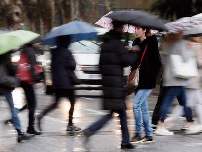 Varias personas se protegen de la lluvia en Valencia el pasado día 18.