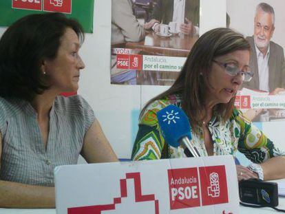 La exregidora socialista de Jerez Pilar Sánchez, a la derecha.