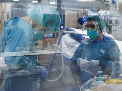 Dos trabajadoras sanitarias en la UCI del Hospital Vall d´Hebron en Barcelona.