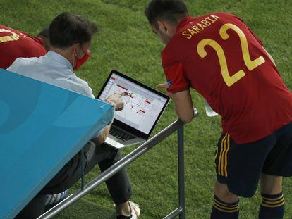 Sarabia recibe instrucciones en el partido contra Suecia.