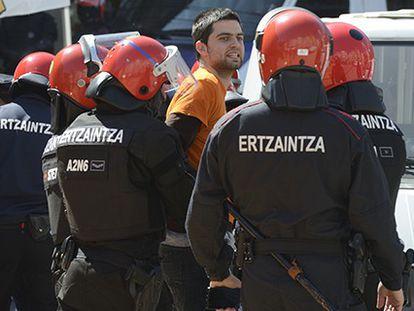La policía desaloja a los manifestantes de Vitoria.