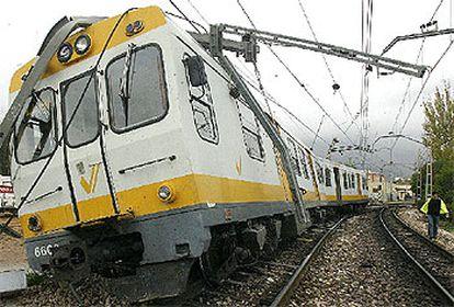 Estado en que quedó el tren, cerca de la estación de Paiporta, tras el descarrilamiento.