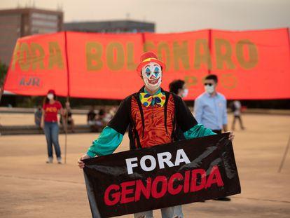 Manifestantes protestan contra la dictadura militar y el Gobierno del presidente de Brasil Jair Bolsonaro este miércoles en Brasilia (Brasil).