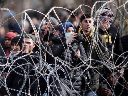 Un grupo de refugiados intentan cruzar a la localidad griega de Orestiada, en la frontera con Turquía, este lunes.