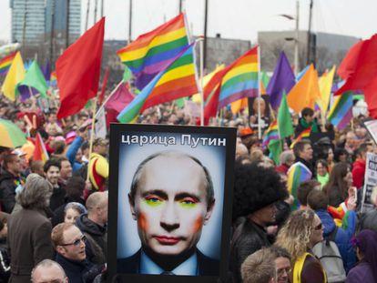 Imagen de Putin maquillado en una manifestación por los derechos LGTBI+ en Ámsterdam (2013).
