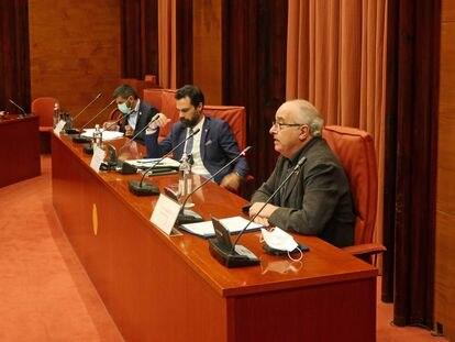 Los consejeros de Asuntos Sociales, Chakir El Homrani (i) y de Educación, Josep Bargalló (d), en el Parlament.