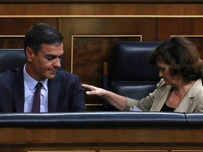 Pedro Sánchez y Carmen Calvo, durante el pleno extraordinario en el Congreso de los Diputados. En vídeo, la intervención de Calvo.