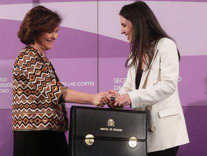 La vicepresidenta primera del Gobierno, Carmen Calvo, hace entrega a la ministra Irene Montero de la cartera de Igualdad, en enero de 2020.