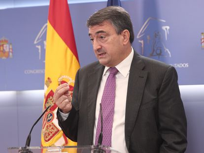 El portavoz del PNV en el Congreso, Aitor Esteban, durante la rueda de prensa en el Congreso el pasado septiembre.