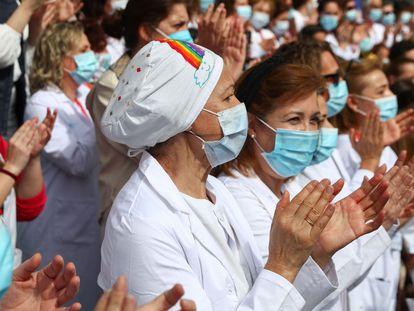 Un grupo de sanitarios aplaude, el pasado 1 de mayo, en el cierre del hospital temporal instalado en Ifema.