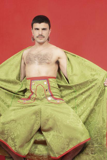 Rodrigo Cuevas lleva pantalones de Made by Kös confeccionados en tela adamascada.
