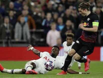 Aurier, lateral del Tottenham, disputa el balón a Sabitzer, capitán del Leipzig.