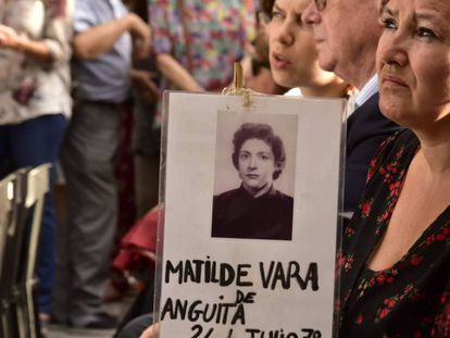 Imagen del homenaje el viernes frente a la Iglesia de Santa Cruz a los 12 secuestrados en 1977.