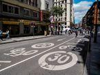 Señal en el suelo que indica la limitación de circular a 30 km/h en cerca de la Gran Vía madrileña el mismo día en que entra en vigor la obligación de ir a dicha velocidad por las vías urbanas de España, a 11 de mayo de 2021, en Madrid, (España). Esta nueva normativa, aprobada por el Consejo de Ministros, entra en vigor desde este 11 de mayo donde el límite de velocidad en vías urbanas será de 20 km/h en vías que dispongan de plataforma única de calzada y acera; de 30 km/h en vías de un único carril por sentido de circulación y de 50 km/h en vías de dos o más carriles por sentido de circulación. 11 MAYO 2021;SEÑAL;LIMITACION;20KM;VIAS URBANAS; A. Pérez Meca / Europa Press 11/05/2021