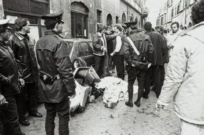 Enrico de Pedis, uno de los capos de la sangrienta banda de la Magliana, yace muerto tras ser tiroteado junto al Campo dei Fiori en febrero de 1990.