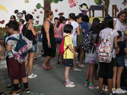 Varios alumnos esperan en el patio el inicio del curso escolar de 2019, en una escuela de Barcelona.